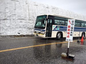 snow-wall-with-bus